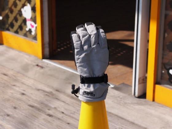 三角コーンに手袋が!